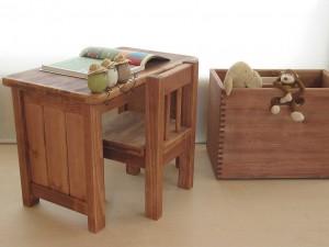 カスタマイズが可能な小さい木の机