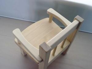 サイドガード付きの木製ベビーチェア 上から