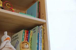 450mm幅の木製絵本棚 可動棚板