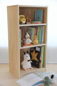 450mm幅の木製絵本棚 使用例