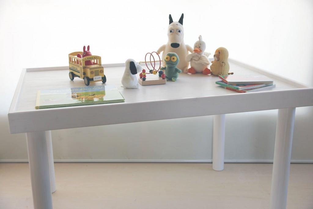 丸脚を取り付けてチェアや立位からのご利用も可能なプレイテーブルです