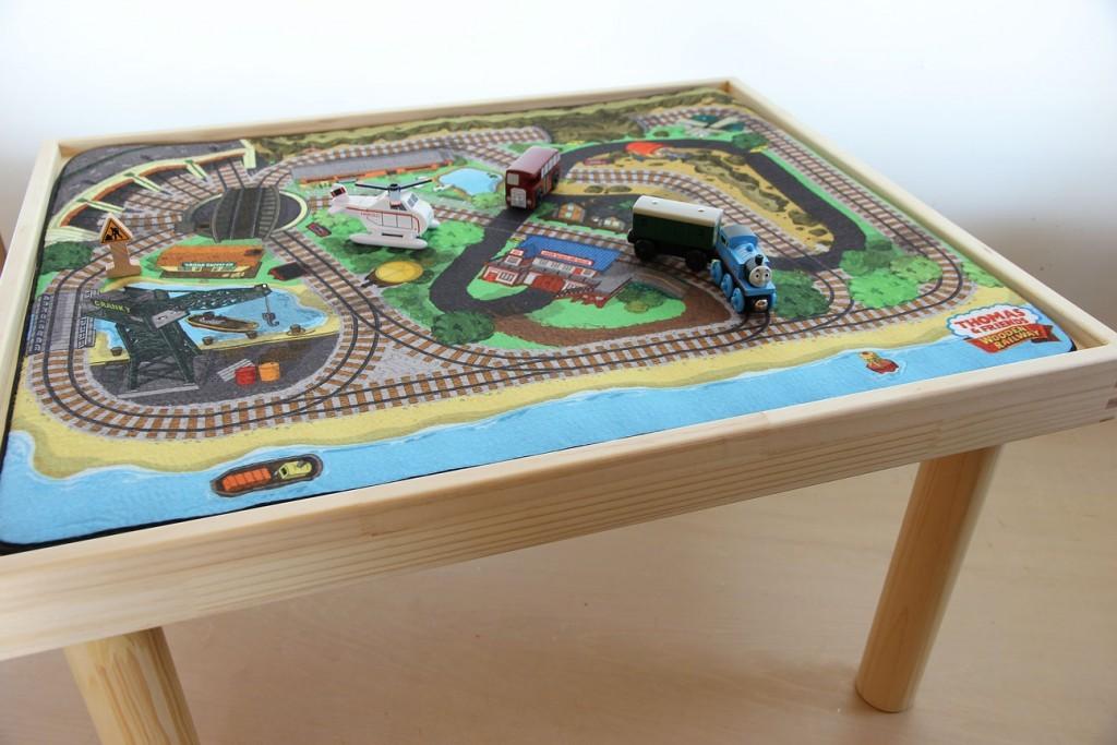 トーマスのプレイマットに合せたサイズのプレイテーブルも販売しています