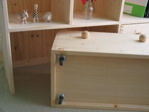 おもちゃ箱付き絵本棚6 キャスター部分の拡大写真