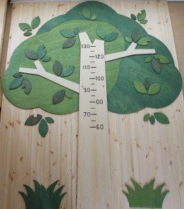 木の形の木製身長計 設置例