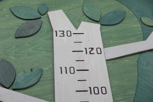 木の形の木製身長計 目盛