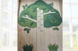 木の形の木製身長計